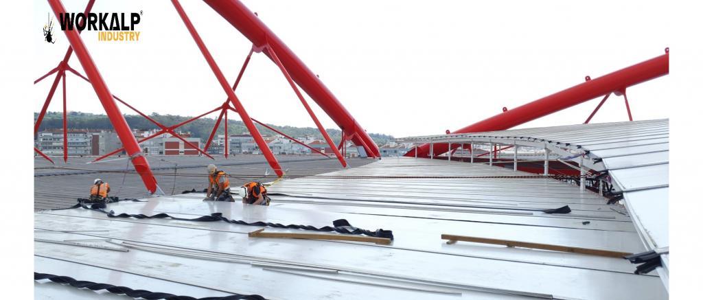 Trabalhos em altura de elevação e substituição de painéis de policarbonato em cobertura